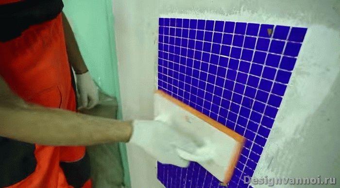 нанесение мозаики для ванной