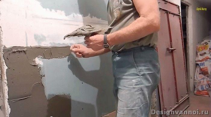 Правила укладки кафеля Кафельная плитка является незаменимым строительным материалом при отделке помещений с повышенной влажностью. Ее с успехом используют для облицовки стен и пола кухни, ванной, душевой и туалета. Поверхность, облицованная плиткой, отличается долговечностью, гигиеничностью, устойчивостью к царапинам, воздействию бытовой химии и высоким температурам. Для того чтобы самостоятельно провести облицовочные работы, нужно знать основные правила укладки кафеля на пол и стены.  Правила подготовки плитки к укладке в ванной  Современный ассортимент подразумевает достаточно богатый выбор плитки различных габаритов и цветового исполнения. Крупные элементы целесообразно выбирать для просторных комнат, а маленькие – для небольших. Если помещение узкое, а потолки в нем высокие, то кафель рекомендуется располагать горизонтально – это положение сделает комнату шире, а потолки ниже. Рисунок укладки также следует продумать до приобретения материала. Стены обычно облицовывают до потолка или до половины стены. При этом крайние ряды обрамляют декоративными элементами – бордюрами или вставками.  Чтобы правильно подсчитать необходимое количество кафеля, необходимо начертить план комнаты (в масштабе). После этого наносится желаемый рисунок укладки с точным обозначением мест всех декоров и бордюров. Такой практичный план позволит Вам удобно подсчитать нужный объем материала и свести к минимуму лишние траты. Покупать керамическую плитку стоит с запасом в 15%.  В процессе укладки Вам понадобятся следующие инструменты:  Крестовины Роликовый стеклорез Рулетка Резиновый мастерок Веревка Уровень Посуда для разведения клея Среднезернистый корундовый или наждачный брусок  Подготовка рабочей поверхности  Правила диктуют обеспечение идеальной основы под отделкуКерамической плиткой можно облицовывать только ровную поверхность. Именно поэтому перед тем, как приступить к укладке, следует тщательно провести все подготовительные работы. Прежде всего, стены очищают от пыли, грязи и старого 