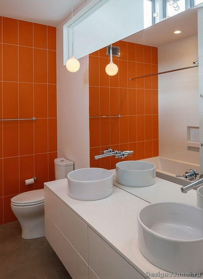 Оранжевая плитка на стене в ванной комнате